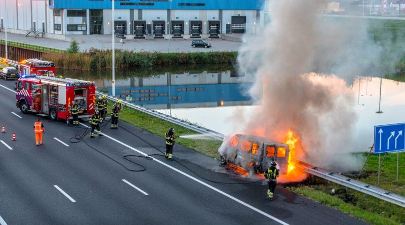 Bestelbus verwoest door brand | Rijksweg A15 Rotterdam