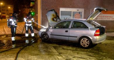 Auto vliegt tijdens tanken in brand | Trommel Hoogvliet
