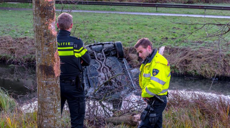Bestuurder verliest macht over stuur en eindigt in sloot | Maeterlinckweg Rotterdam