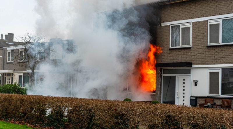 Uitslaande brand verwoest woning   Bijster Hoogvliet